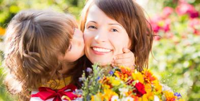 Geschenk-Blumen-Kind-Mutter-Wiese.jpg