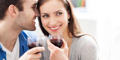 Kuschelliebe-Paar-mit-Wein.jpg