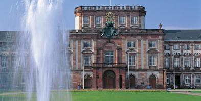 Mannheim-Fontaene-vor-dem-Kurfuerstlichen-Schloss-1720-1760-Copyright-by-Deutsche-Zentrale-fuer-Tourismus-e-V-Foto-by-Andrew-Cowin-01180.jpg