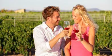 Paar-Romantik-Liebe-Wein-Weinberg-shutterstock-260918744.jpg