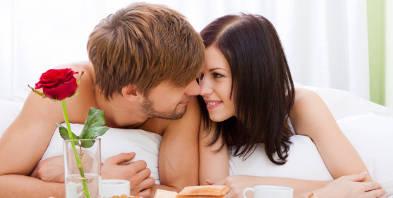 Paerchen-Liebe-Fruehstuecken-Bett-romantisch.jpg