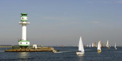 Schleswig-Holstein-Kiel-Leuchtturm-Foerde-Segelschiff.jpg
