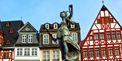 Staedtereisen-Frankfurt-am-Main-Roemer-Statue-Freiheit.jpg